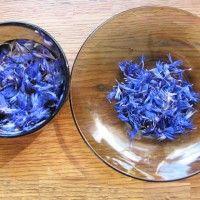 Сухі сині квіти заливаємо окропом